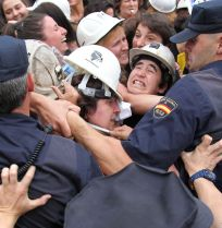 La Policía tuvo que emplearse a fondo para desalojar a las mujeres. (Foto: Juan Lázaro)