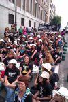 Las mujeres de los mineros sentadas delante del Senado tras ser desalojadas