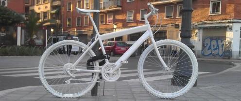 Bici blanca en memoria de Rebeca Borrás